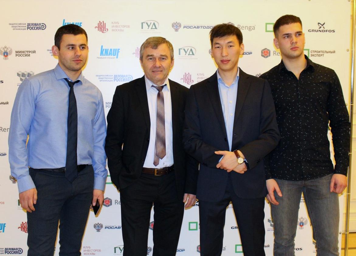 Победители конкурса (слева Д.Маргарян; справа А.Решетько) и руководители (вцентреслеваВ.Н.Бойков, вцентресправаН.М.Матвеев)