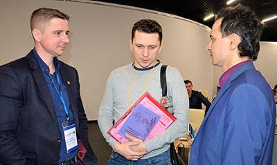 Фото 2. Дмитрий Сарычев (справа) отвечает на вопросы производителей дорожных лабораторий и представителей ТУАД — участников конференции Ассоциации РАДОР в Саратове