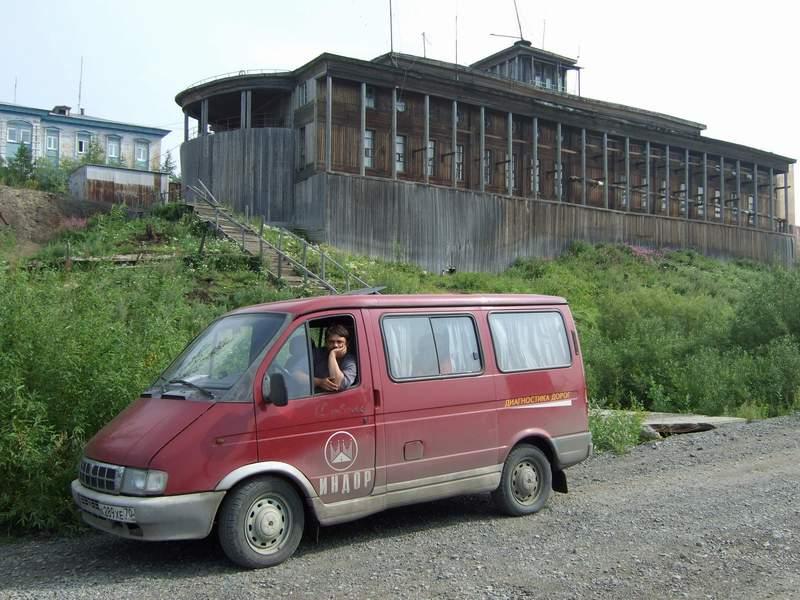 Андрей Геннадьевич Зюзьков вмашине дорожной лаборатории «Индор»., г.Дудинка, север Красноярского края, 2004г.